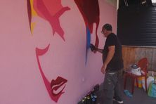 L'artiste Yren peint un portrait de femme pour soutenir la lutte contre le cancer du sein dans le cadre d'Octobre Rose.