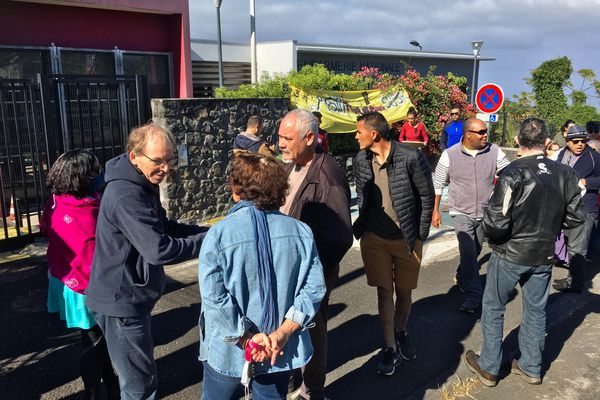 Le comité de soutien à JeanPaul Begue devant la gendarmerie de Trois-Mares au Tampon