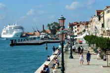 Bateau de croisière à quai en Italie.