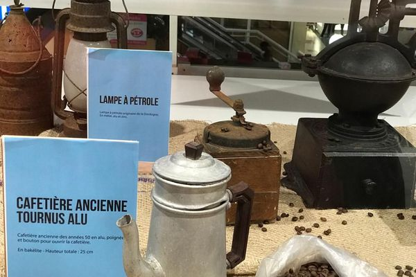 Cafetière et lampe à pétrole d'antan