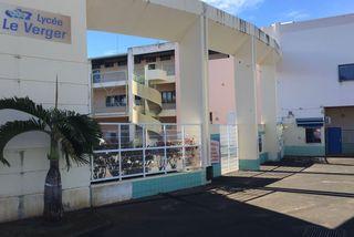 Les professeurs du lycée Le Verger à Sainte-Marie débrayent depuis 9h30 ce mardi 10 septembre.