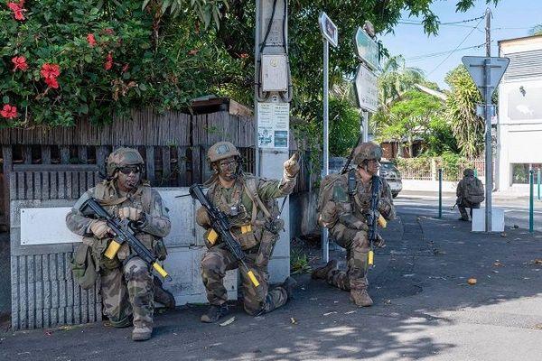 Des militaires en exercice à l'Etang-Salé.