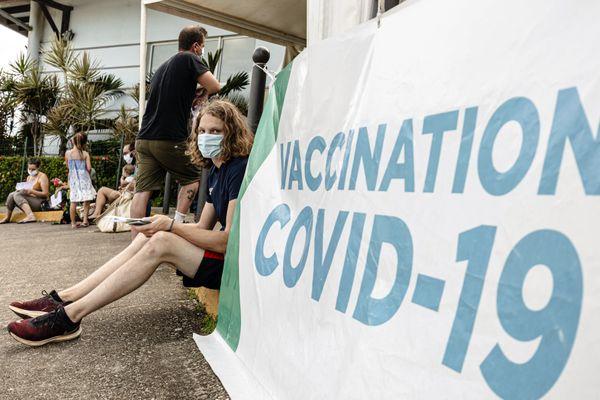 Paul, un lycéen guyanais, attend devant un centre de vaccination.