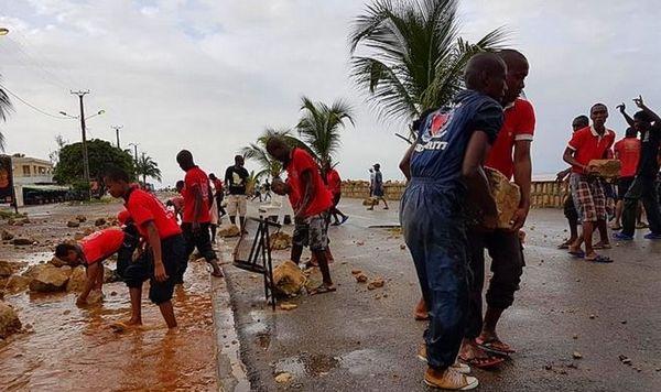 Mahajanga, la population reconstruit la digue