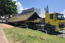 Ici, le toit de deux farés de l'Anse-vata.