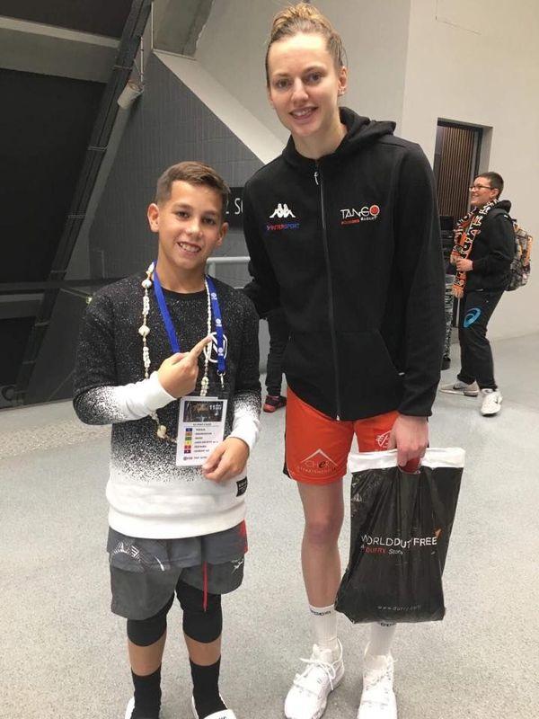 Matteo avec Marine Johannes, la star féminine du basket français