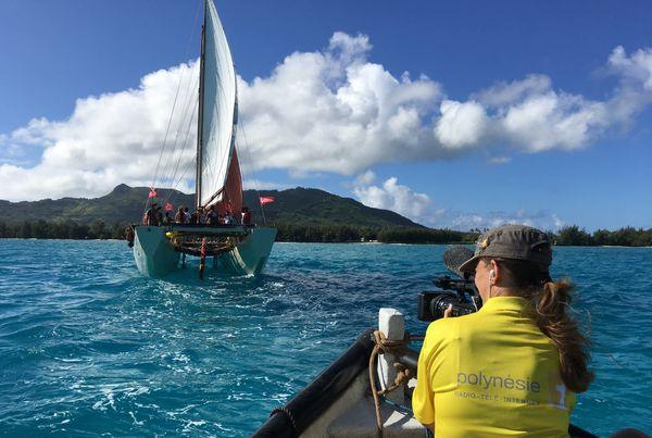 Cybèle Plichard de Polynésie 1ère filmant la pirogue Fa'afaite