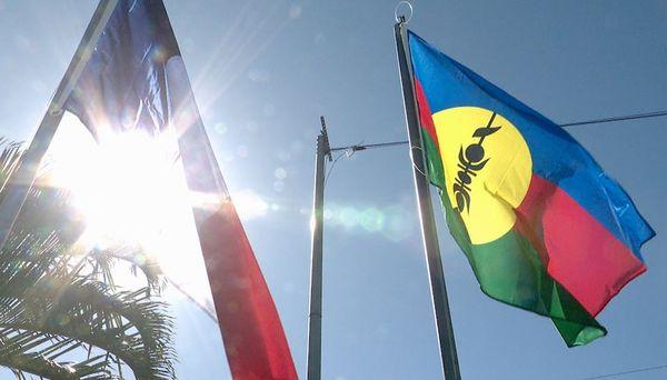 Deux drapeaux levés à La Conception, dixième anniversaire de la levée des deux drapeaux, Kanaky et tricolore, 17 juillet 2020