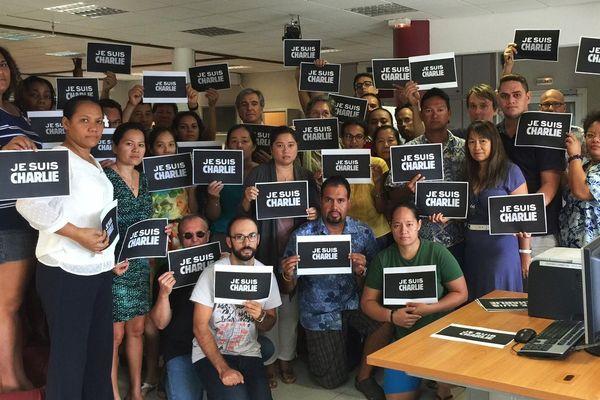La station Polynésie 1ère se joint à l'hommage international de l'ensemble des rédactions et dénonce l'attentat qui a frappé la rédaction du journal Charlie Hebdo.