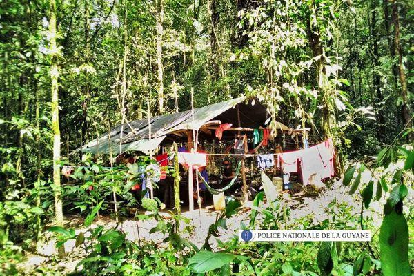 Opération de démantèlement d'un camp d'orpaillage à Régina