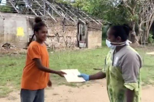 Confinement, distribution du travail scolaire à l'île des Pins, avril 2020