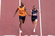 Le sprinteur français Timothee Adolphe, avec son guide Bruno Naprix, lors du 100m, catégorie T11, aux Jeux paralympiques de Tokyo.