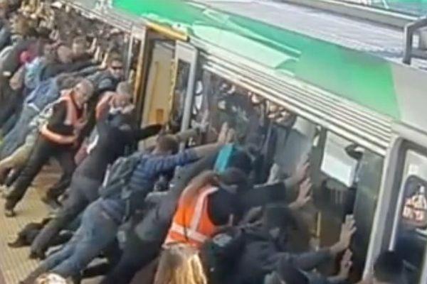 Des voyageurs poussent un métro pour libérer un homme coincé entre la rame et le quai