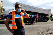 Des transporteurs bloquent l'accès au chantier de la Nouvelle Route du Littoral.