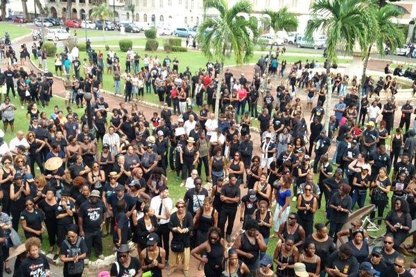 La foule rassemblée sur la place de Grenoble devant la préfecture
