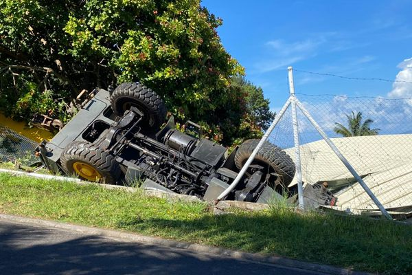 Chute d'un camion grue à Pamata'i