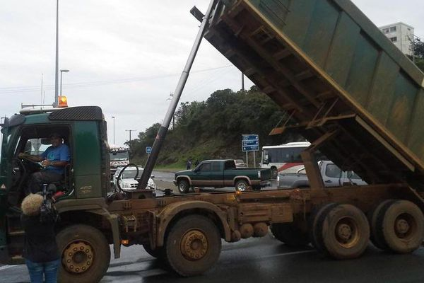 Les rouleurs bloquent les accès sur Nouméa