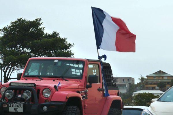 Référendum 2020, voiture en bleu blanc rouge, à Nouméa