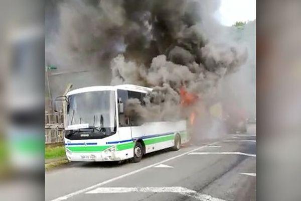 Bus en feu à Schoelcher