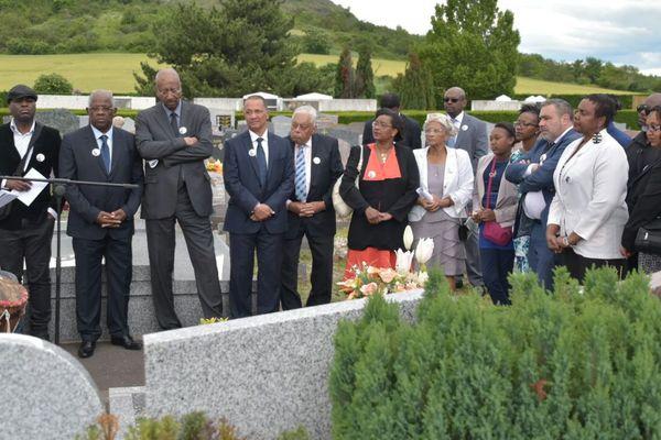 Dépôt de gerbe sur la tombe d'Elie Castor à Clermont-Frrand