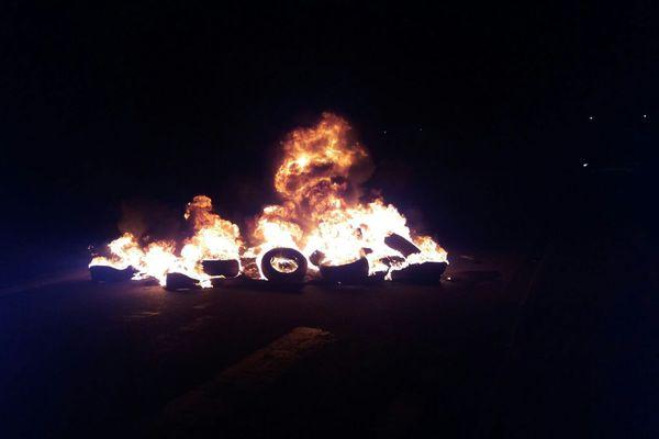 Incendie de pneus et de carcasses de voitures à la résidence Arc en ciel