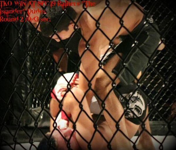 Raihere Dudes met fin au combat sur cette série de coups de poing et devient champion d'Europe en MMA