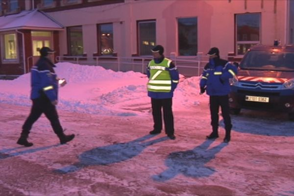Des gendarmes effectuant un contrôle routier à St-Pierre