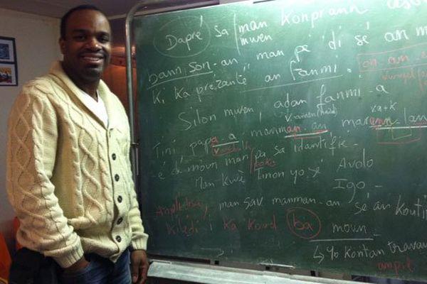 Professeur Mango devant son tableau