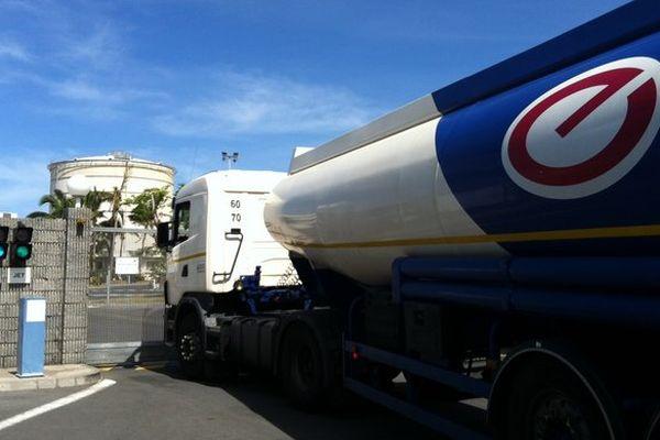 Les camions citernes font le plein pour les stations réquisitionnées