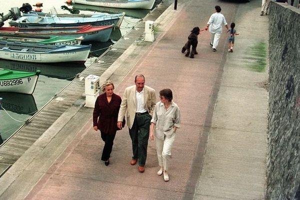 Le président Jacques Chirac se promène avec sa femme Bernadette et sa fille Claude, le 03 août 1997 à Saint-Gilles-les-Bains, lors de vacances sur l'île de la Réunion.