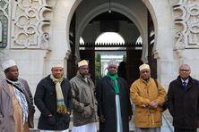 Mahamoud Saanda, cadi de Passamainty, Mohamed Abdallah, cadi de Chiconi, Insa Ridjali, cadi de Mtsapéré, Babou Ahamada, chef religieux des Mahorais de France, Elmamoun Mohamed Nassur, porte-parole des cadis et Siadi Vita, délégué de la maison de Mayotte à Paris.