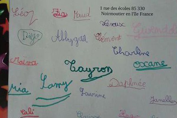 Le message posté par l'enseignante sur Facebook est signé par ses élèves de primaire.