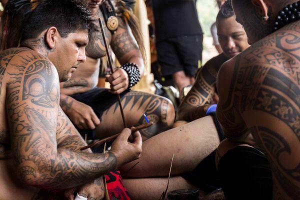 Démonstration de tatouage traditionnel au Festival des arts des îles Marquises 2015 2