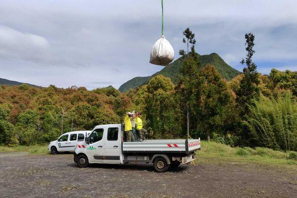 Évacuation des déchets des camps de braconniers par hélicoptère.