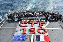 L'équipage du Floréal pose avec la drogue saisie : CTF 150, soit le nom de la Force combinée d'intervention.