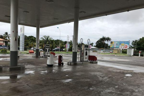 Station d'essence désertée