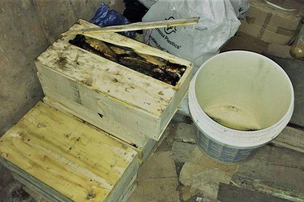 Des produits entreposés dans un local insalubre