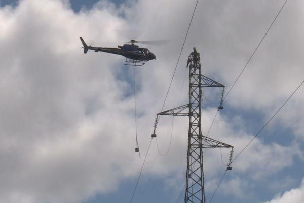Opération héliportage de câble électrique