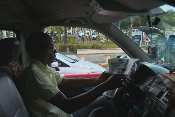 chauffeur de taxi en attente