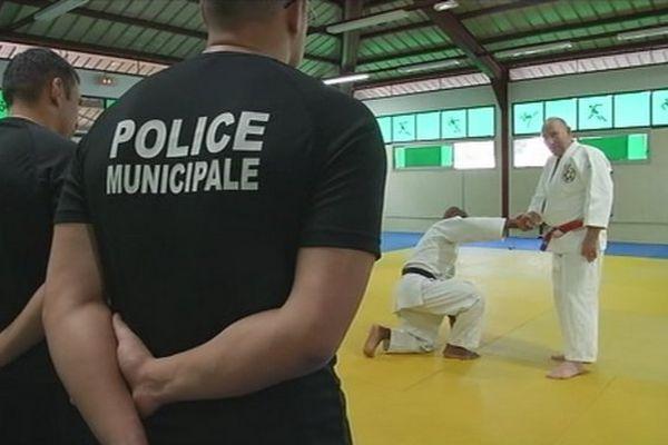 les policiers en stage de self-défense