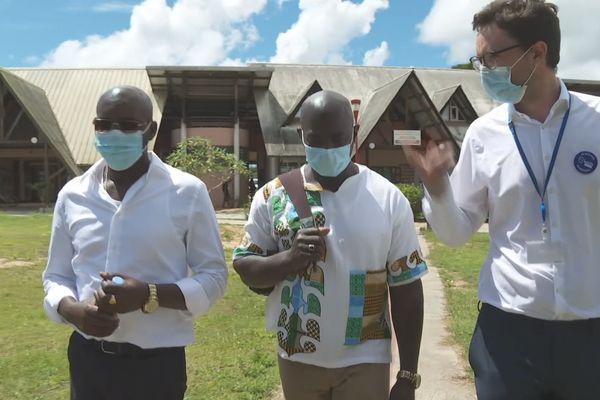 Le délégué du ministre de la santé Surinamais au centre