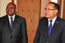 Le nouveau Premier ministre Jean Ravelonarivo (g.) et son prédécesseur Kolo Roger.
