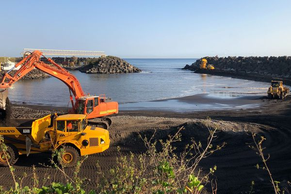 Les travaux de désensablement du port de Sainte-Marie ont commencé.