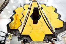 Le miroir du télescope spatial James Webb qui se déploiera dans l'espace.