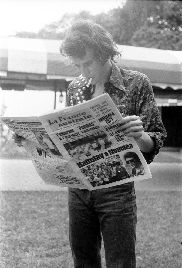 Jonnny hallyday lisant la France Australe 1972