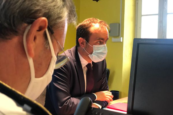 Sébastien Lecornu en réunion de crise à la préfecture