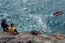 Les pompiers de la brigade nautique et du GRIMP 974 sont actuellement en intervention pour tenter de secourir des personnes coincées dans une grotte.