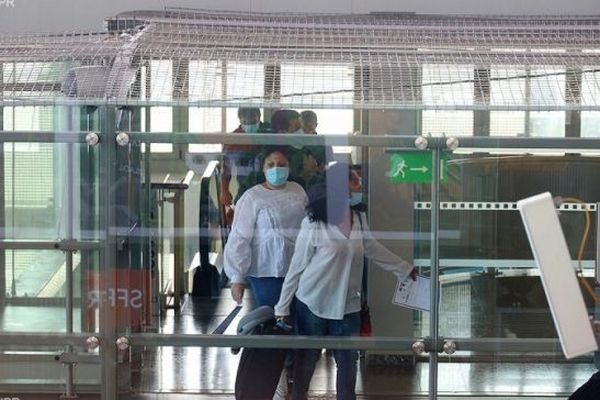 Des passagers à leur arrivée à l'aéroport de Gillot, à La Réunion.