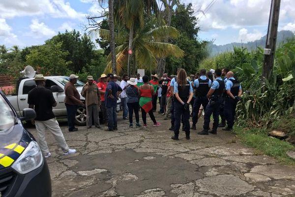 Gendarmes et manifestants