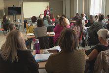 La première journée de formation a réuni une cinquantaine de personnes à savoir des accompagnants des élèves en situation de handicap, des enseignants, du personnel de garderie et des membres de l'association Vivre ensemble dans les locaux de la Cacima